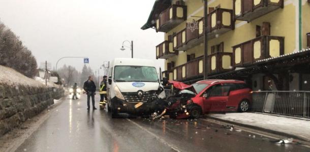 Incidente a s.Antonio di Mavignola, furgone si scontra con un'auto. Un conducente positivo all'alcol test
